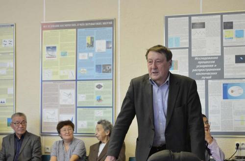 Директор института Бережко Е.Г. представляет докладчика
